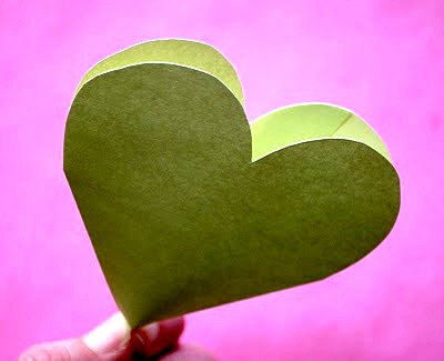 В такой конвертик в форме сердечка ты можешь насыпать конфет, положить подарок - например, браслет.