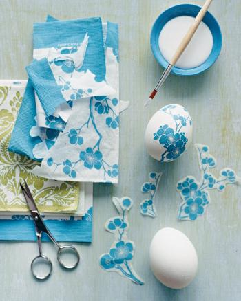 Поделки: украшение пасхальных яиц с помощью салфеток