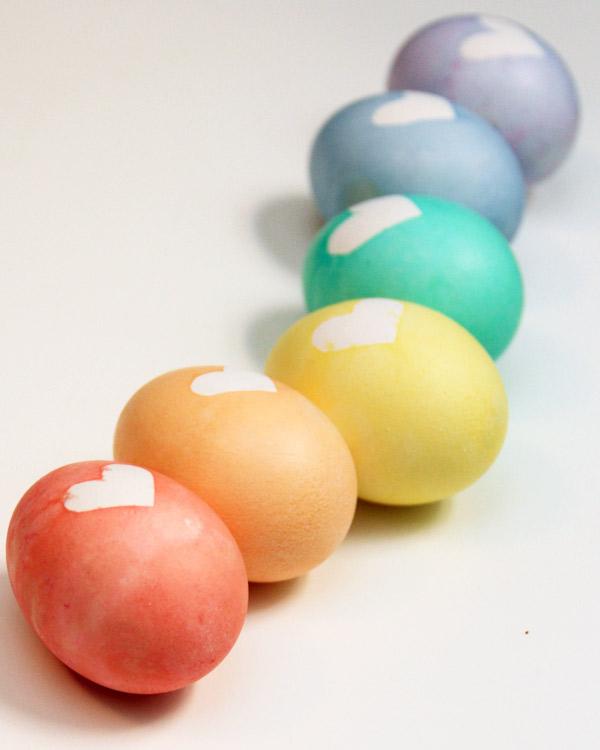 Поделки: Красивый способ покраски пасхальных яиц