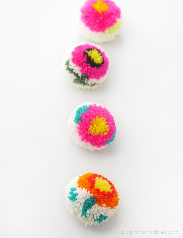 Поделки: Круглые помпоны с узором из цветов своими руками