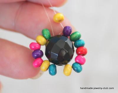 Поделки: Кольцо из бисера с бусиной своими руками