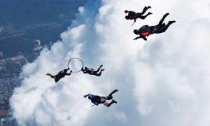 Парашютисты играют в Квиддич на огромной высоте